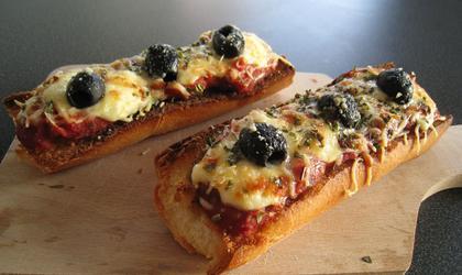 Bruschetta tomate/ fromage rapé