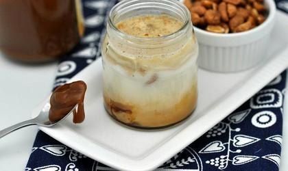 Yaourt sur coulis de caramel et cacahuète enrobées