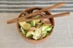 345 kcal. Salade d'avocat et de saumon fumé
