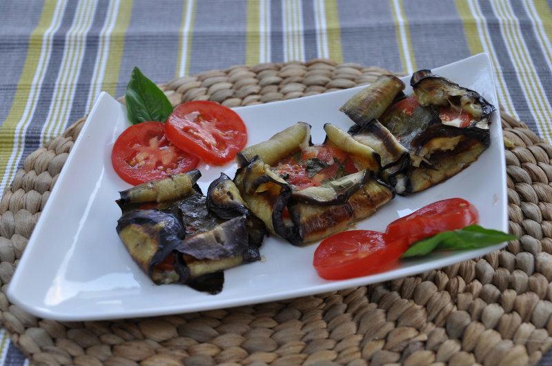 Paniers d'aubergines, tomates et mozzarella